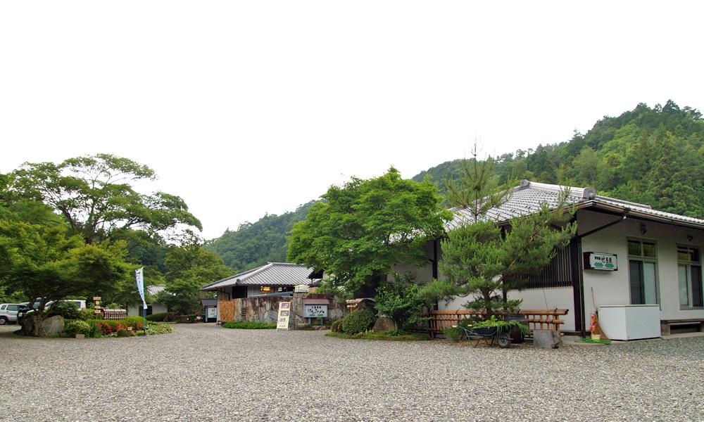 まわりの景観を損なわない平屋造りの竹屋敷外観